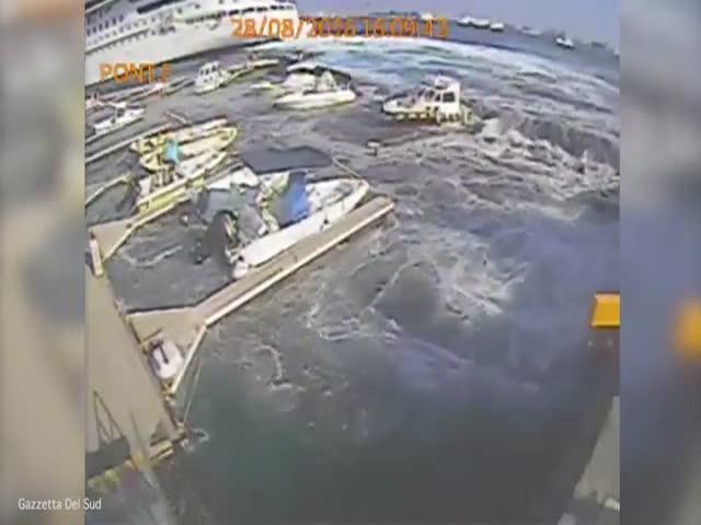 Круизный лайнер разрушил пристань в итальянском порту