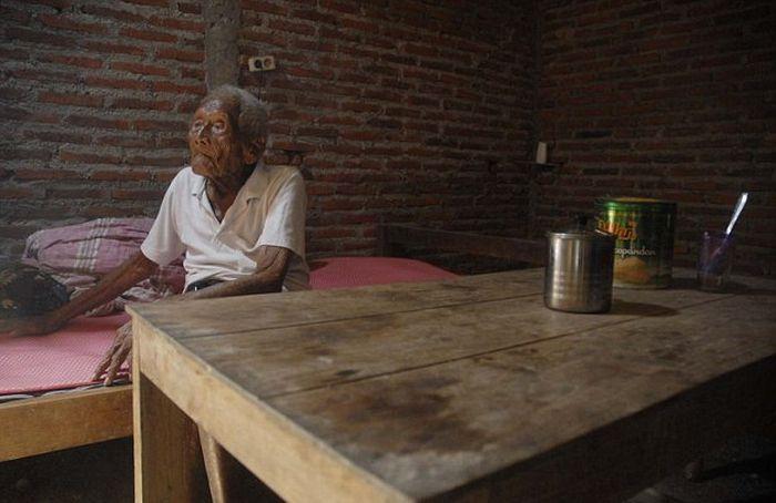 Житель Индонезии утверждает, что ему 145 лет (8 фото)