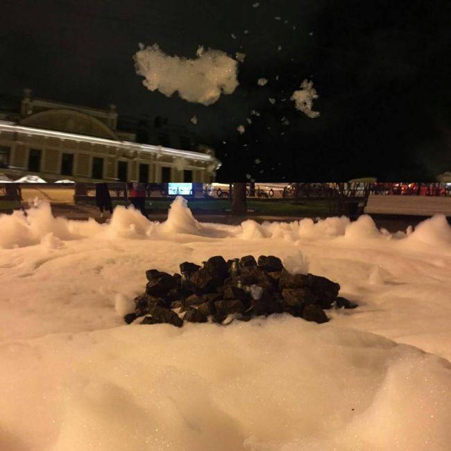 Фонтан на Манежной площади Санкт-Петербурга наполнился пеной (4 фото)