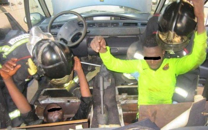 Испанские пограничники обнаружили 4-х нелегалов в герметичном тайнике под полом автомобиля (2 фото)