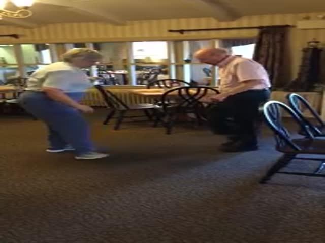 Пожилая пара отлично танцует