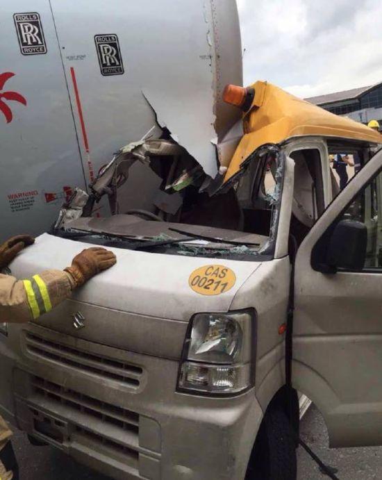 В аэропорту Гонконга служебный автомобиль столкнулся с самолетом (4 фото)