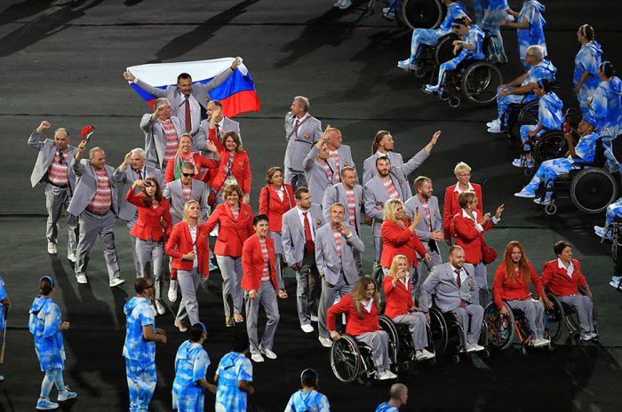 Белорусский спортсмен пронес российский флаг на открытие Паралимпийских игр (4 фото)