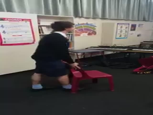Школьники, мастерски бросающие стулья, обрели популярность в сети