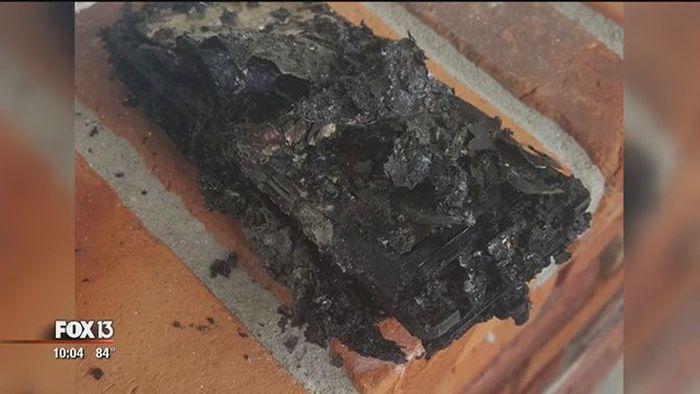 У американца сгорел автомобиль из-за оставленного в ней на зарядке смартфона (3 фото)