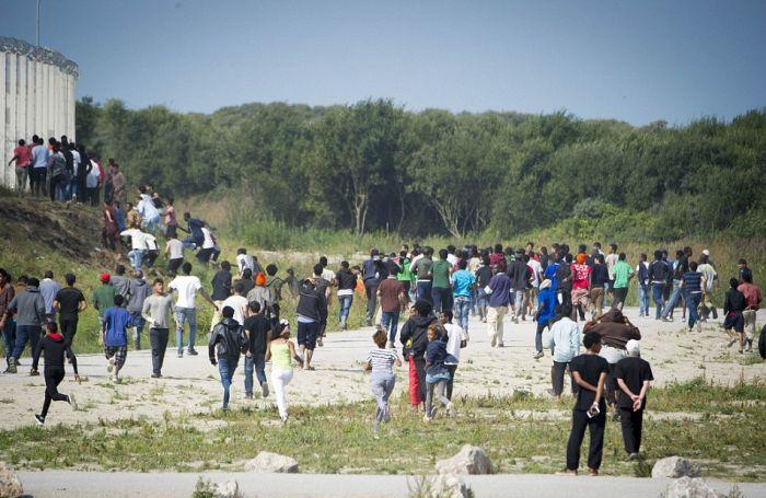 В Кале произошли стычки между беженцами и полицией (17 фото)