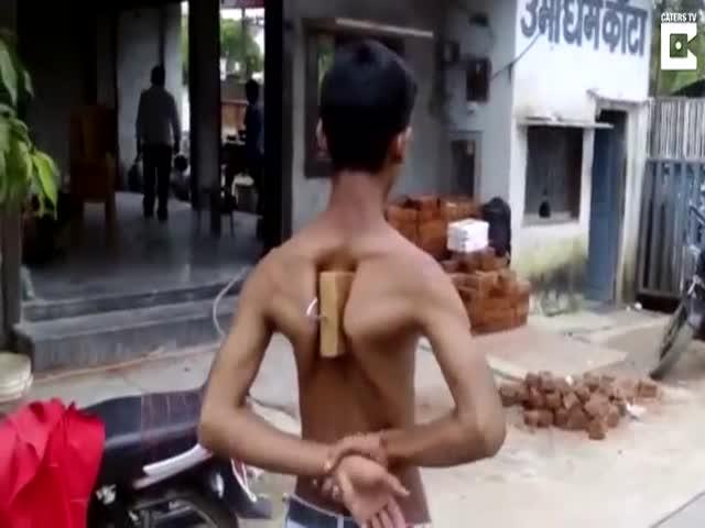 Индийский подросток тащит автомобиль лопатками