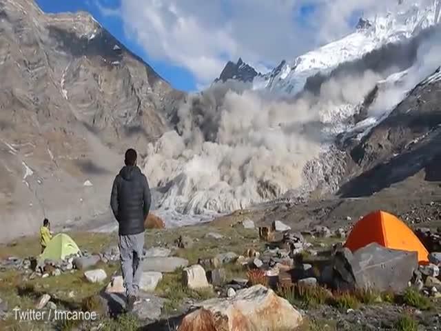 Сход лавины в горах Индии