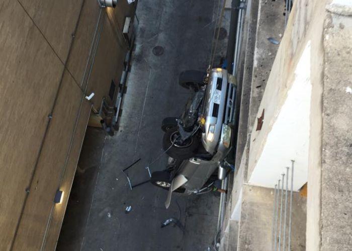 Свалившийся с 9 этажа парковки автомобиль зацепился за провода (6 фото + видео)