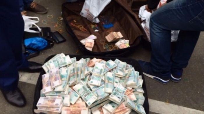 В ходе обыска у полковника МВД Дмитрия Захарченко обнаружили 120 млн долларов наличными (6 фото)