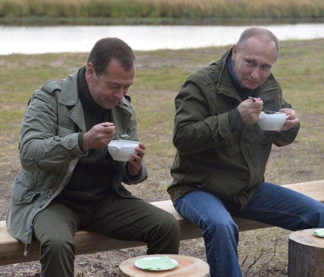 В сети усомнились в случайности встречи Путина и Медведева с рыбаками (7 фото + видео)