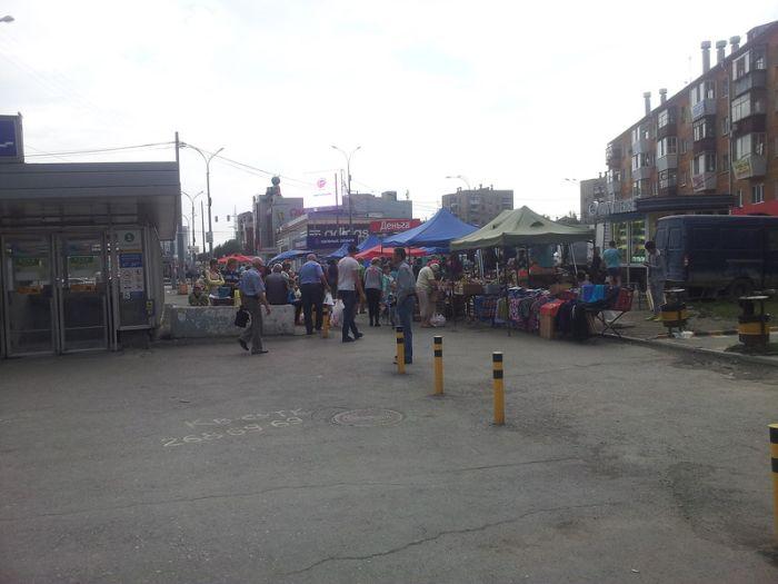 Вся суть борьбы с нелегальными уличными торговцами (4 фото + видео)