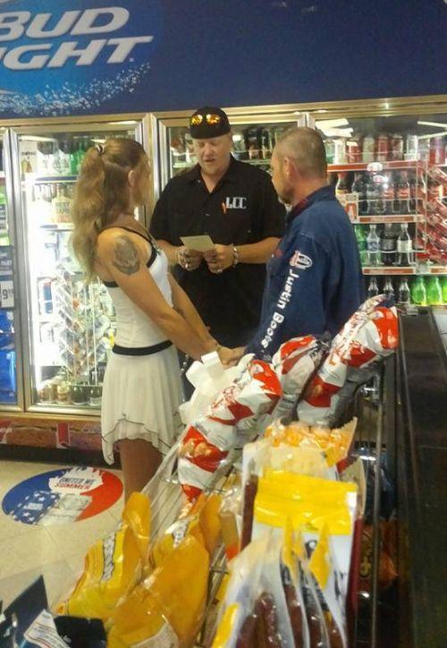 Американская пара провела свадебную церемонию в магазине при заправке (5 фото)