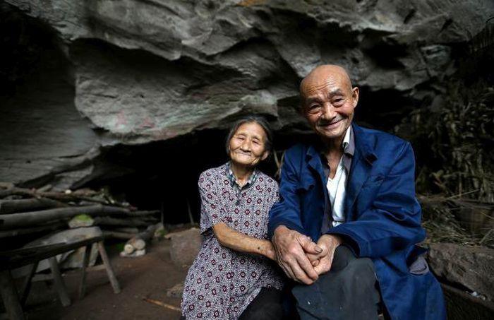 В Китае пожилая пара более 50 лет прожила в пещере (8 фото)