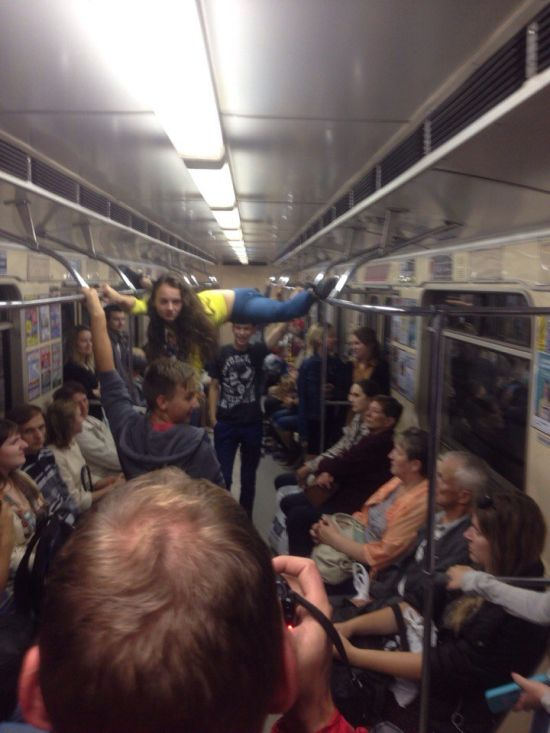 В минском метро девушка села на шпагат между поручнями (5 фото)