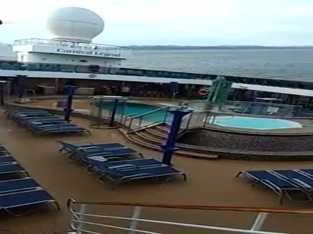 Круизный лайнер Carnival Legend едва не опрокинулся у берегов Канады