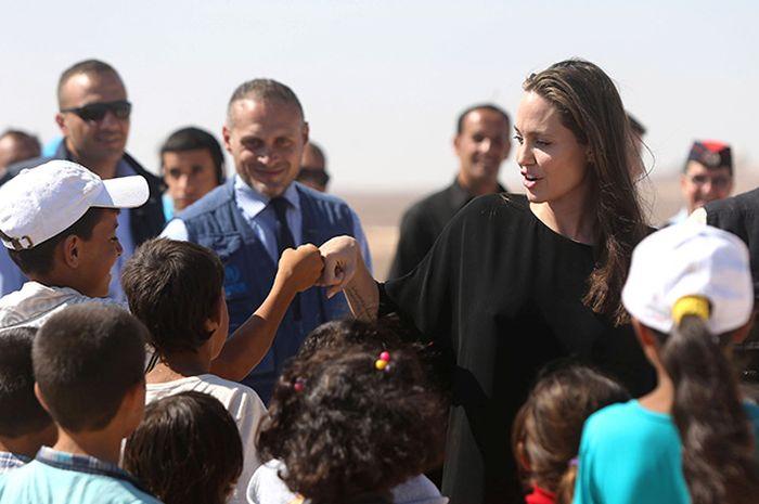 Анжелина Джоли оказалась в центре скандала из-за посещения лагеря беженцев без бюстгальтера (6 фото)