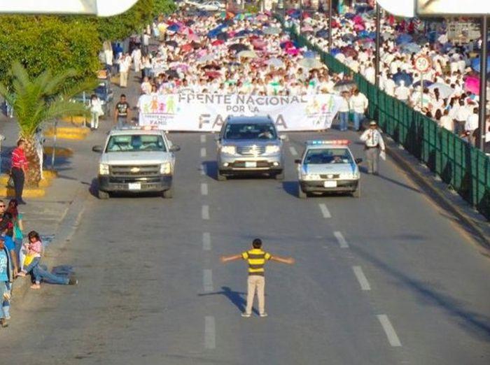 Мальчик выразил свой протест демонстрантам (фото)