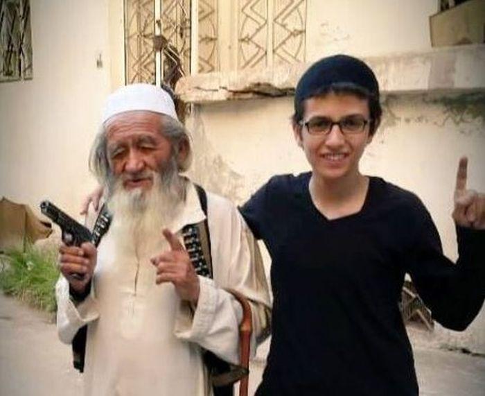 Самый старый террорист ИГИЛ показал своего наследника (2 фото)