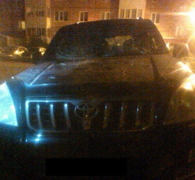 Во Всеволожске за парковку на газоне в автомобиль бросили люк (2 фото)