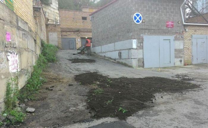 Во Владивостоке дорожники засыпали ямы землей из ближайших газонов (2 фото + видео)