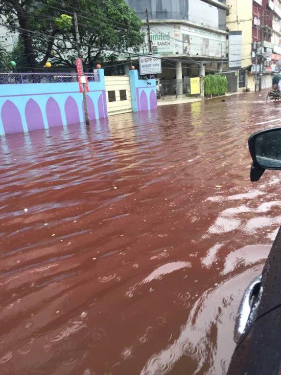Кровавые реки на улицах Дакки во время празднования Курбан-байрама (6 фото)