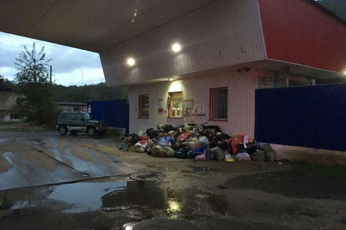 В Приморском крае неизвестные выбросили на свалку и сожгли одежду из гуманитарной помощи (4 фото + 2 видео)