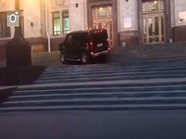 Hummer штурмует ступеньки главного здания МГУ