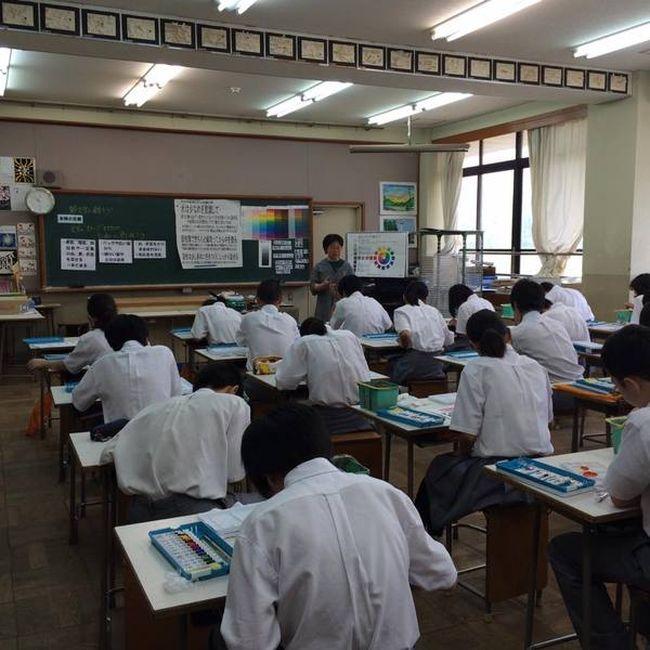 Как проходят уроки рисования в обычной японской школе (3 фото)