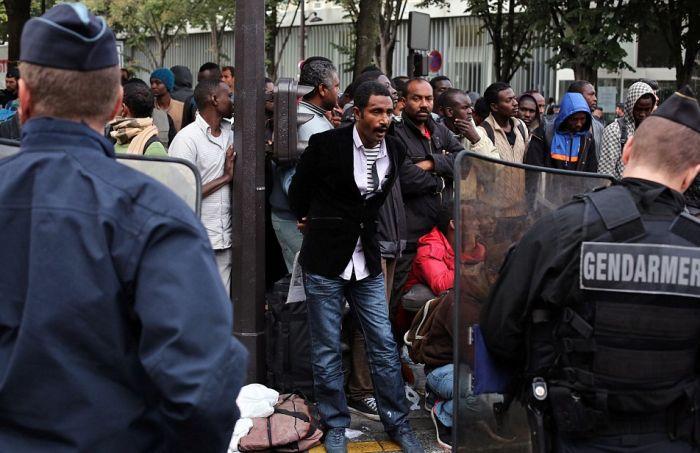 Полиция Франции разгромила лагерь беженцев в Париже (16 фото)
