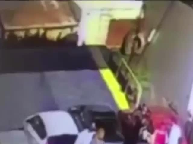 В Керчи торопившийся автомобилист рухнул в воду