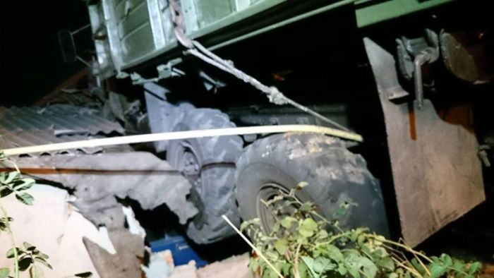 В Харькове грузовик приземлился на крышу дома (12 фото)
