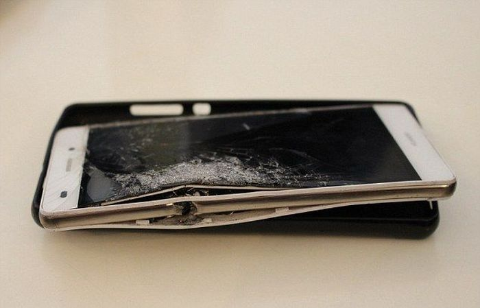 Как телефон спас жизнь своему владельцу (4 фото)