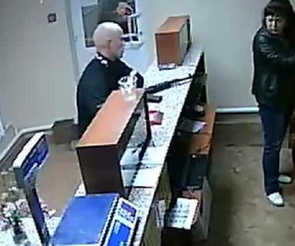 В Кемеровской области вооруженный автоматом преступник украл бутылку пива
