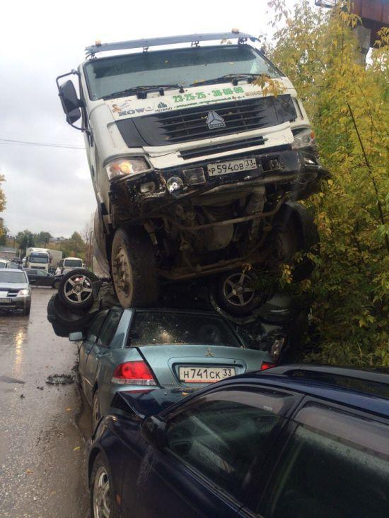 Во Владимире бетономешалка протаранила автобус и 11 автомобилей (3 фото)
