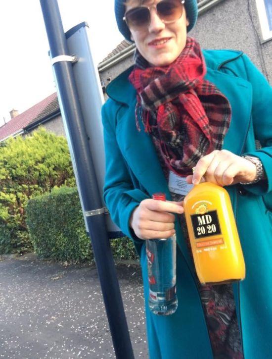 В Шотландии парень оделся в мамину одежду, чтобы купить алкоголь (3 фото)