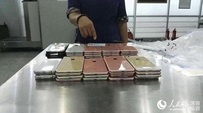 В китайском Шэньчжэне у контрабандистов изъяли 400 смартфонов iPhone 7 (4 фото)
