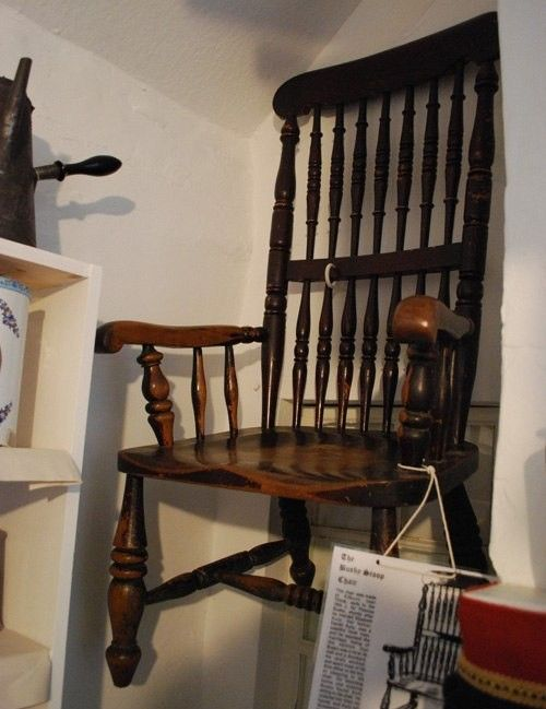 Проклятый стул-убийца Томаса Басби (4 фото)