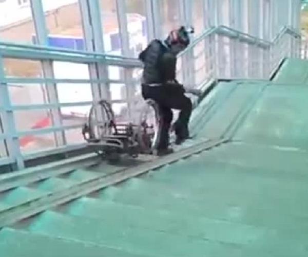Каскадер тестирует пандусы в наших городах
