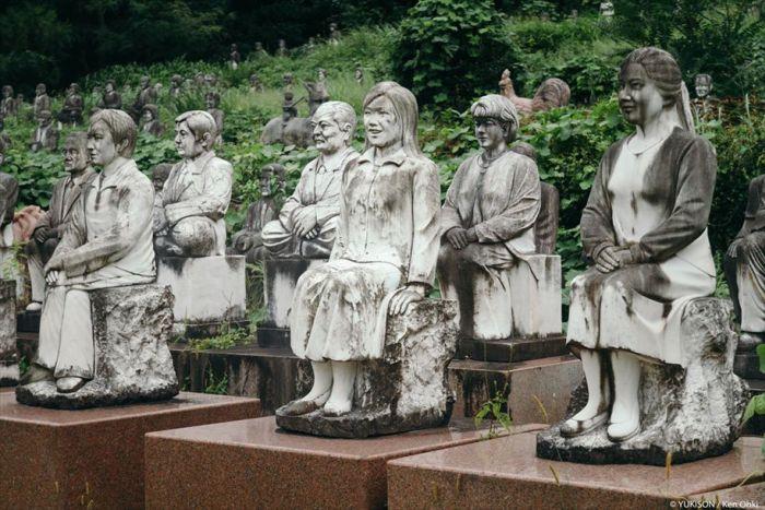 Японский парк с сотнями статуй (12 фото)