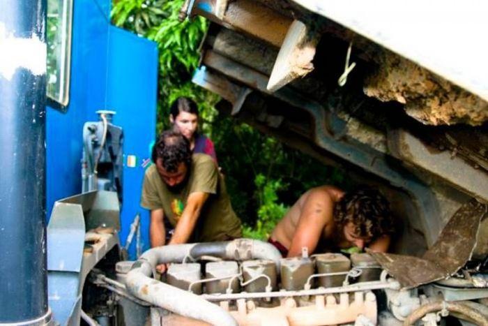 Пара отправилась в 19-месячное путешествие на переделанном военном грузовике (55 фото)