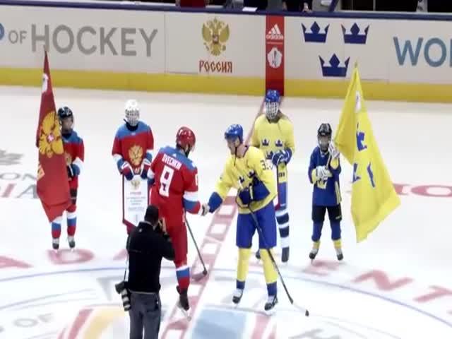 Хоккеисты Александр Овечкин и Евгений Кузнецов играют со включенными микрофонами