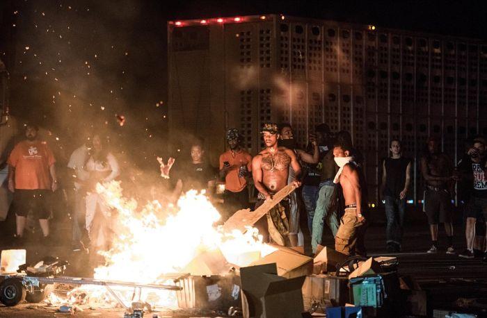 Из-за беспорядков в американском городе Шарлотт введено ЧП (18 фото + видео)