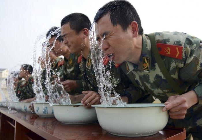 Тренировки в китайской армии (30 фото)