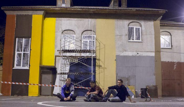 Тюменские художники превратили неприметное серое здание в яркую книжную полку (8 фото)