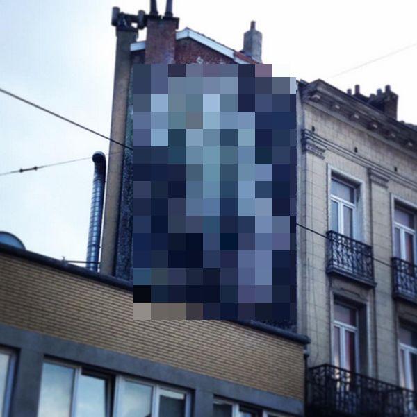 В Брюсселе появились огромные пошлые граффити (2 фото)