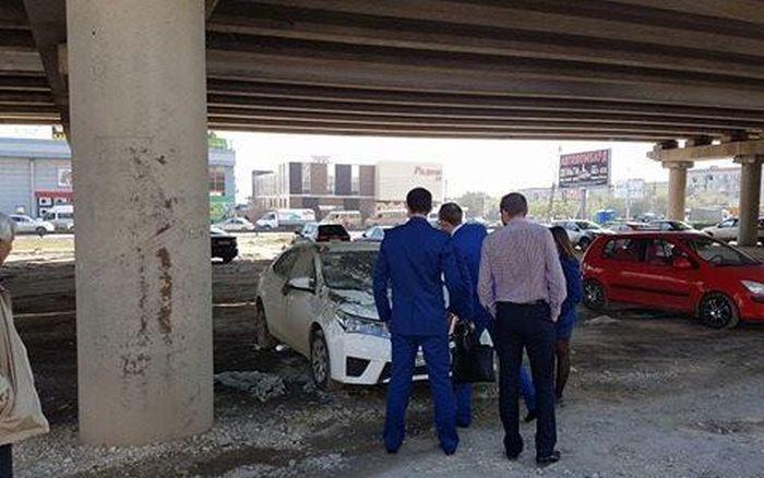 В Волгограде неправильно припаркованный автомобиль прокурора случайно залили бетоном (3 фото)