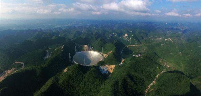 В Китае запущен в эксплуатацию самый большой в мире радиотелескоп (6 фото)