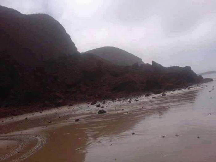 В Марокко на самом большом пляже мира обрушилась природная каменная арка (3 фото)