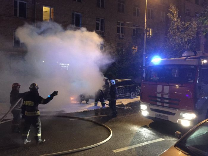 В Москве сгорел автомобиль главы Всероссийского Объединения болельщиков Александра Шпрыгина (4 фото)